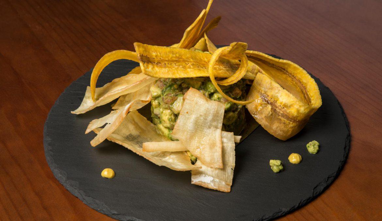 Guacamole con chips de yuca y plátano